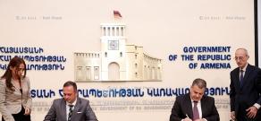 Կառավարության աշխատակազմի ղեկավար-նախարար Դավիթ Հարությունյանն ու ԱԶԳ գործադիր տնօրեն Մարտին Լեդոլտերը դրամաշնորհային համաձայնագիր են ստորագրել