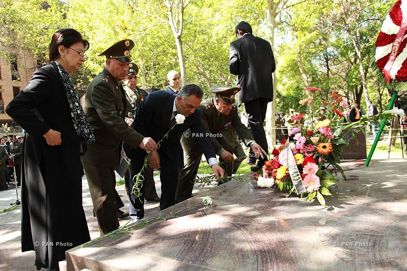 500 старшеклассников в пантеоне «Ераблур» возложили венок к могиле Вазгена Саргсяна и почтили память погибших воинов-освободителей