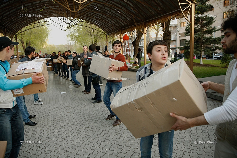 Citizens bring necessity goods to Mashtots Park in support of the Nagorno-Karabakh's soldiers