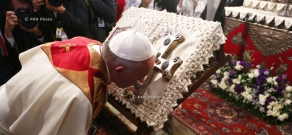 Pope Francis greeted with Hrashapar (wondrously glorious) service in Etchmiadzin