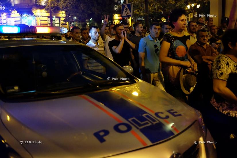 Ոստիկանությունը ցրել է ցույցը Սարի թաղից ու Խորենացի փողոցից արցունքաբեր գազի ու լուսաձայնային նռնակների կիրառմամբ